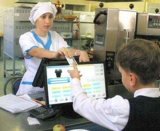 Когда харьковские школьники смогут расплачиваться в столовой банковской картой
