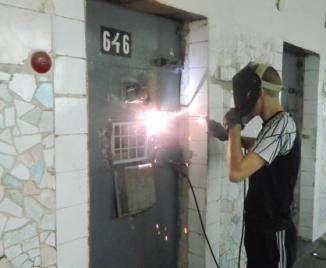 В харьковской колонии устанавливают защитные решетки для вентиляции камер