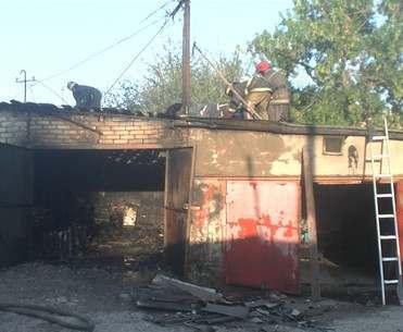 В Харькове на Салтовке во дворе горел гараж