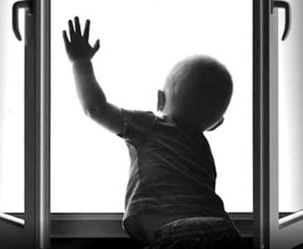 Годовалая малышка выпала с третьего этажа харьковкого дома