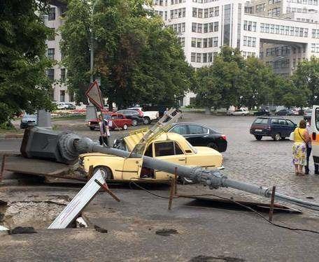 В самом центре Харькова упал столб на припаркованное авто