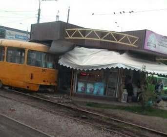 ДТП в Харькове: на Салтовке в киоск въехал трамвай