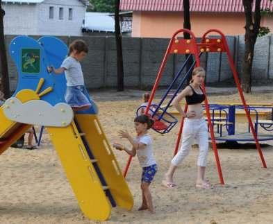 В Харькове устанавливают новую детскую площадку