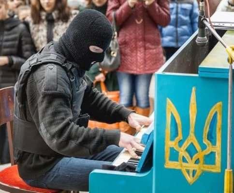 Пианист-Экстремист собирает деньги для пиано-автобуса