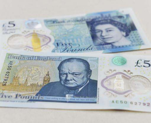 В Британии выпустили первую пластиковую банкноту: видео