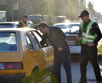 В Харькове стало модно запираться от полицейских в машинах