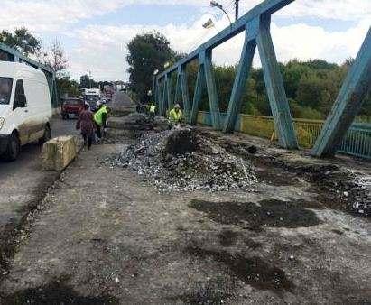 В Изюме начали ремонтировать мост
