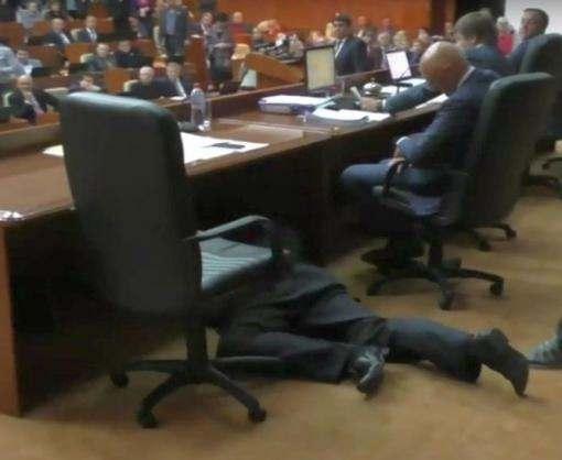 Курьез в Полтавском облсовете: под столом президиума обнаружился лежащий человек (видео)