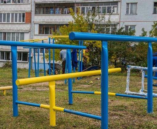 На Северной Салтовке устанавливают детские площадки