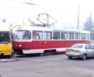 ДТП в Харькове: на перекрестке не разъехались трамвай и автобус