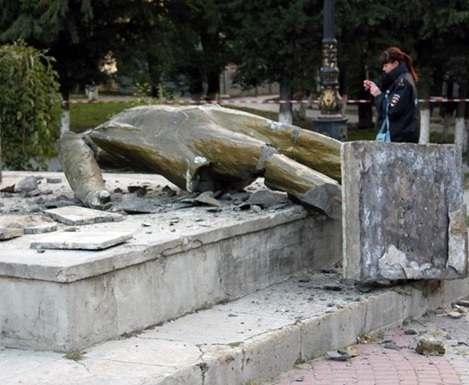 В Судаке разрушили памятник Ленину