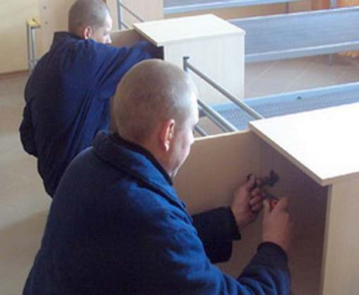 В харьковских колониях производят мебель для армии