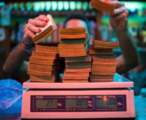 В Венесуэле из-за инфляции начали взвешивать деньги