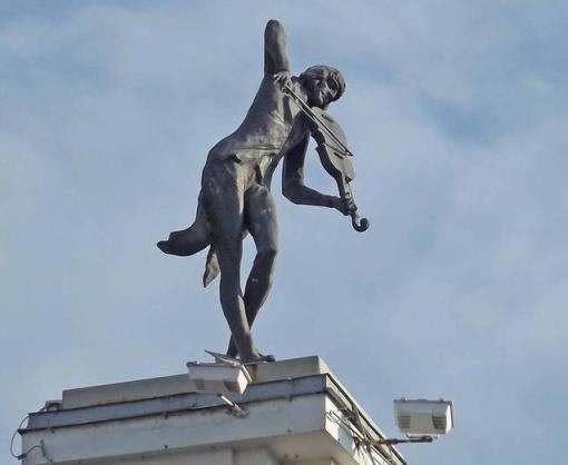 В Харькове демонтировали скульптуру «Скрипач на крыше»