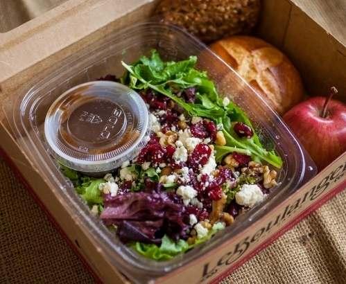 Употребление салата из пластиковых упаковок признали опасным