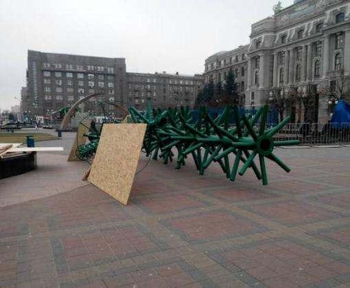 В Харькове на Привокзальной площади устанавливают елку