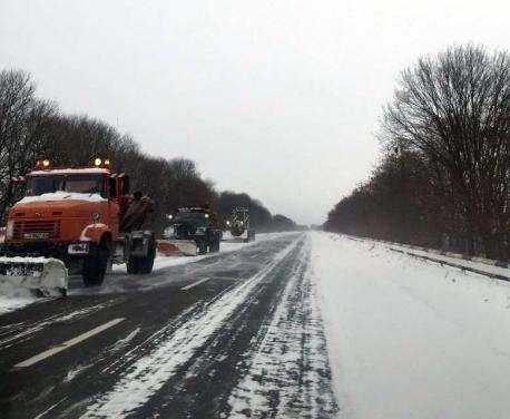 Дороги Харьковской области начали посыпать