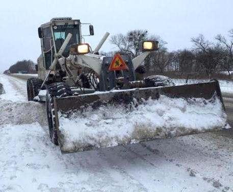 Для уборки снега на дороги Харьковской области вывели спецтехнику
