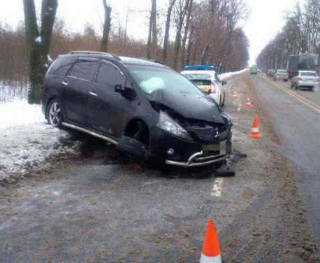 ДТП в Харькове: на Восточном Mitsubishi врезался в дерево