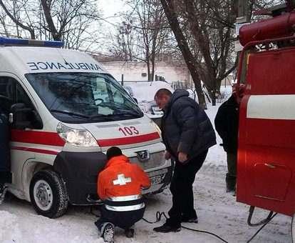 Скорая с тяжелобольным застряла в сугробе под Харьковом