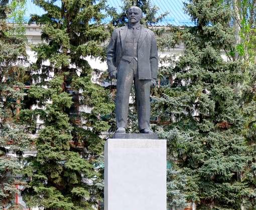 Изюмского Ленина хотят пустить с молотка