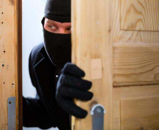 Под Харьковом злоумышленник ограбил квартиру при хозяине