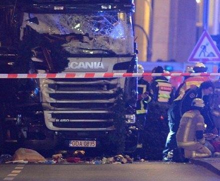 В Берлине на рождественской ярмарке грузовик въехал в толпу: есть погибшие