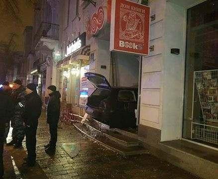 В центре Харькова автомобиль въехал в книжный магазин