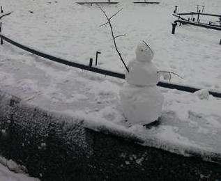 Харьковскую «Зеркальную струю» окружили снеговики