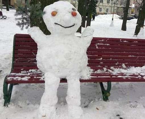 В Харькове на Зеркальной струе выросли снеговики