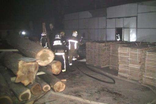 В Харькове шесть часов тушили пожар на предприятии