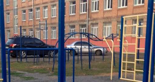 Харьковские дети могут угодить под колеса прямо в школе