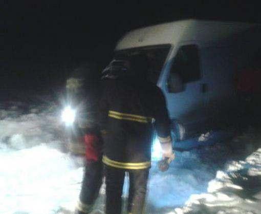 Под Харьковом в снегу застряла скорая