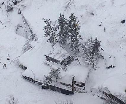 В погребенном под лавиной отеле в Италии нашли шесть выживших
