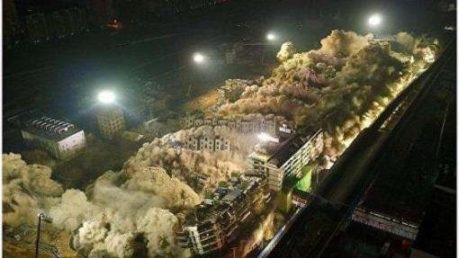В Китае одним взрывом уничтожили 19 многоэтажек: видео