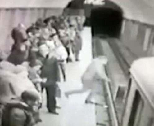Человек, прыгнувший под поезд метро, скончался в больнице: видео-факт