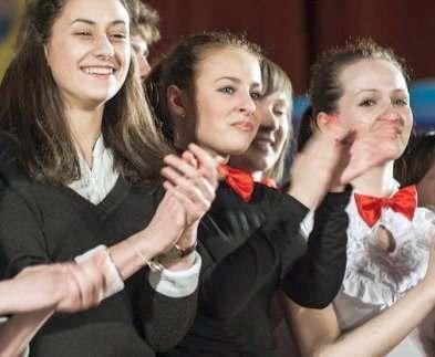 В Харькове студенты выступают для школьников с концертами