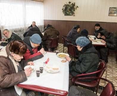 В харьковской столовой возле вокзала бездомных кормят горячими завтраками