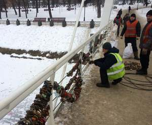 Кто срезал замки с моста влюбленных в Харькове