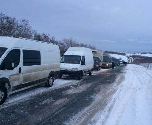 Сотня машин застряла в снегу под Харьковом