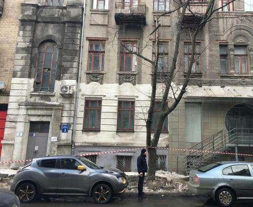 В Харькове на девушку упала снежная глыба
