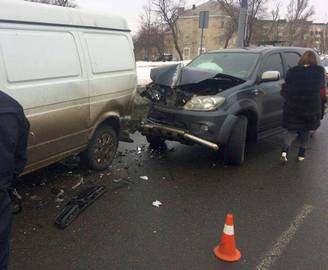 Toyota влетела в припаркованные машины: двое пострадавших