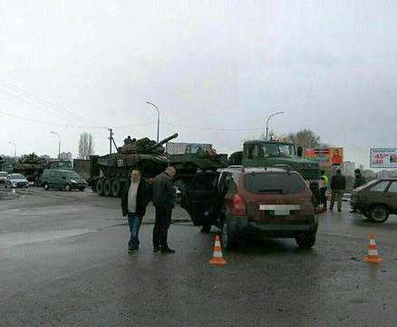 ДТП в Харькове: Tucson въехал в колонну военной технки (фото, видео)