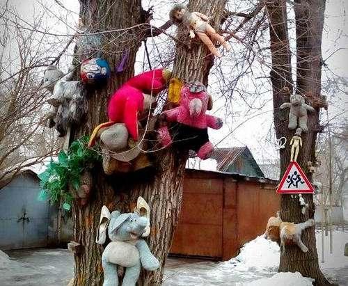 Неизвестный творец поглумился над детскими игрушками в Харькове