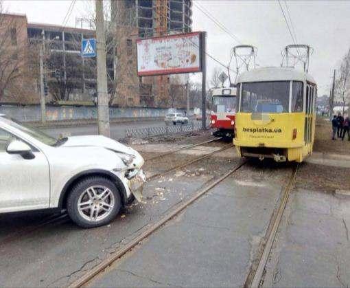 ДТП в Харькове: Porsche не разъехался с трамваем