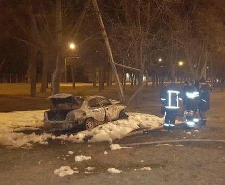ДТП в Харькове: машина влетела в столб и сгорела