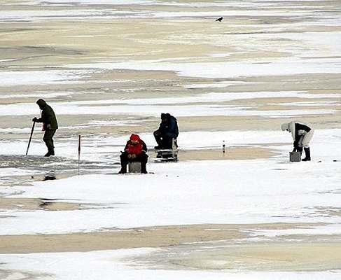 Трое рыбаков и ребенок попали в ледяную ловушку