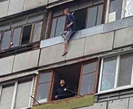 В Харькове патрульные уговорили суицидника не прыгать из окна