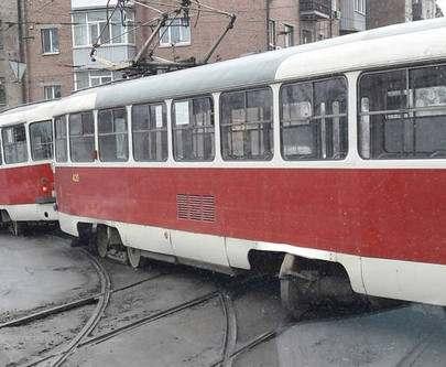 Очередной «дрифт» в Харькове: трамвай перегородил всю дорогу (ФОТО)