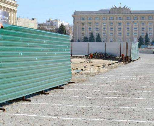 На площади Свободы повален забор